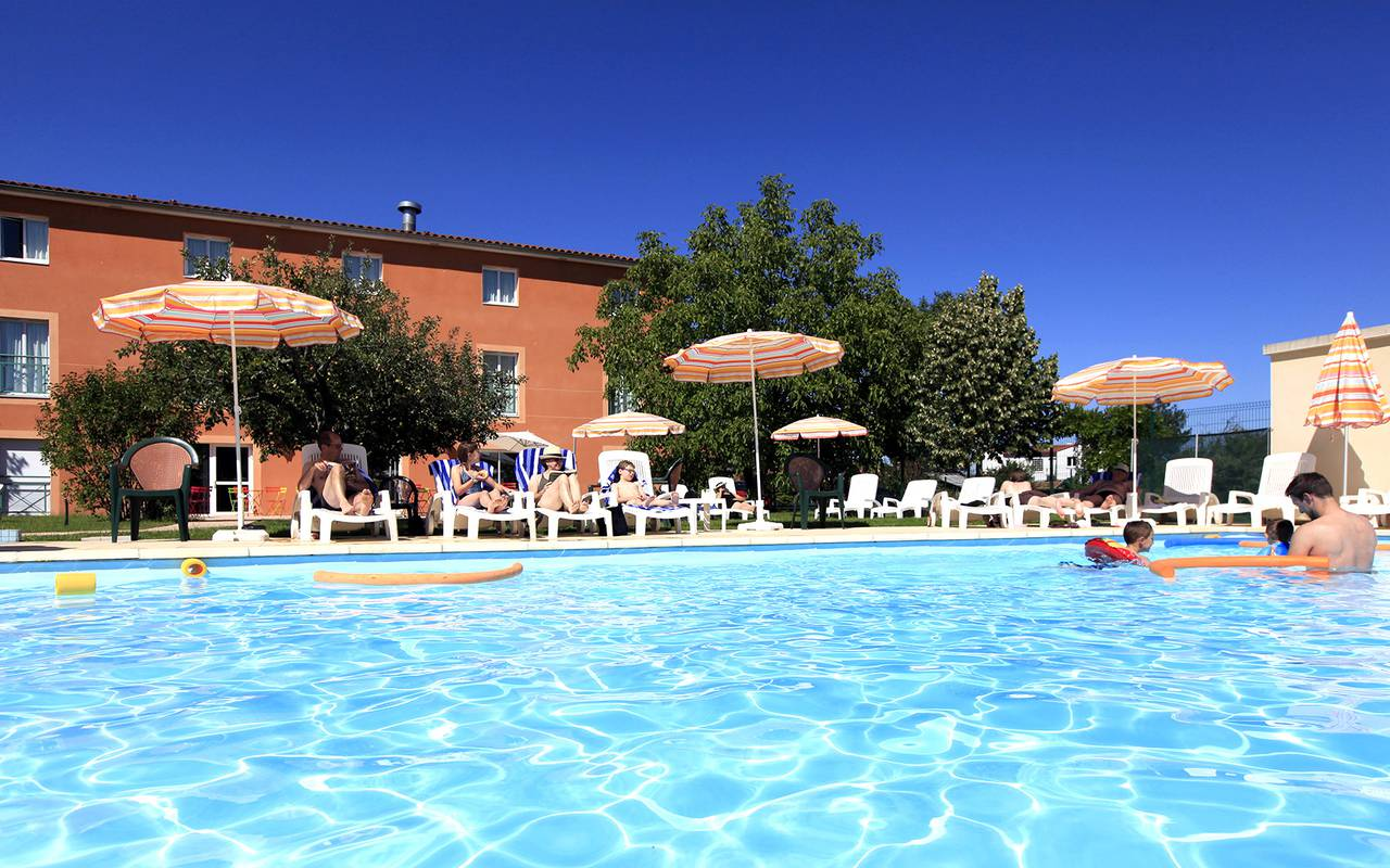 swimming pool deckchairs parasol hotel Issoire
