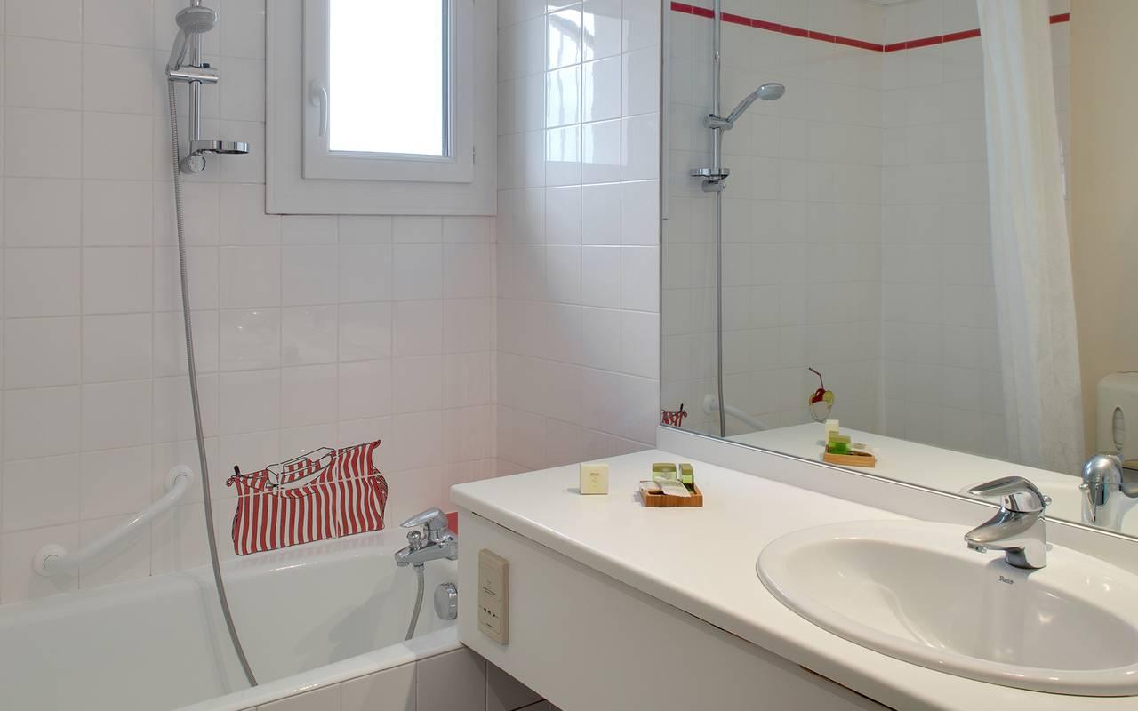 salle de bain baignoire douche hotel