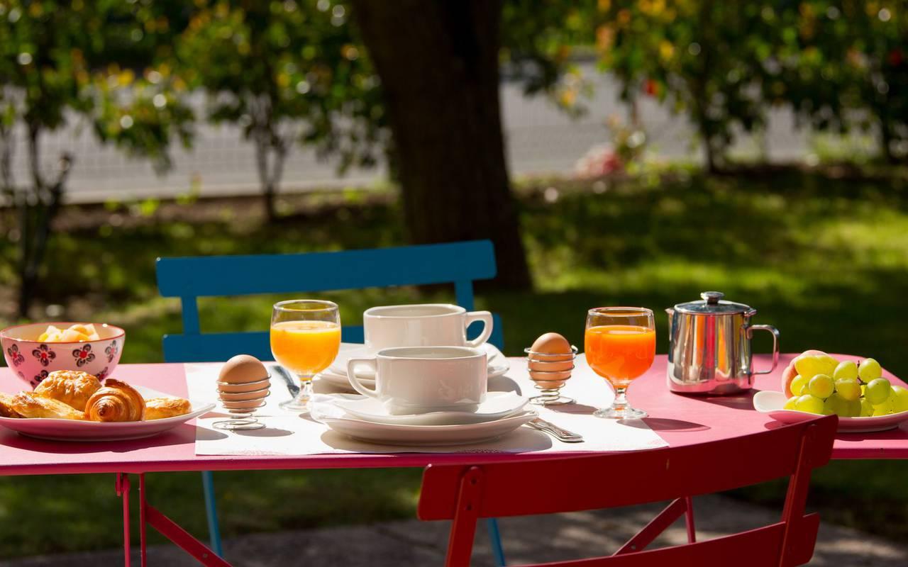 petit dejeuner terrasse détente hôtel Issoire