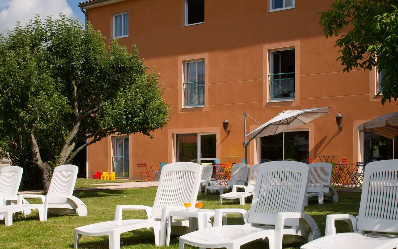 chaise longue parasol detente, hôtel charme issoire