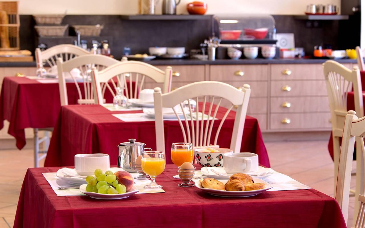 petit dejeuner fruits viennoiseries hotel de charme issoire