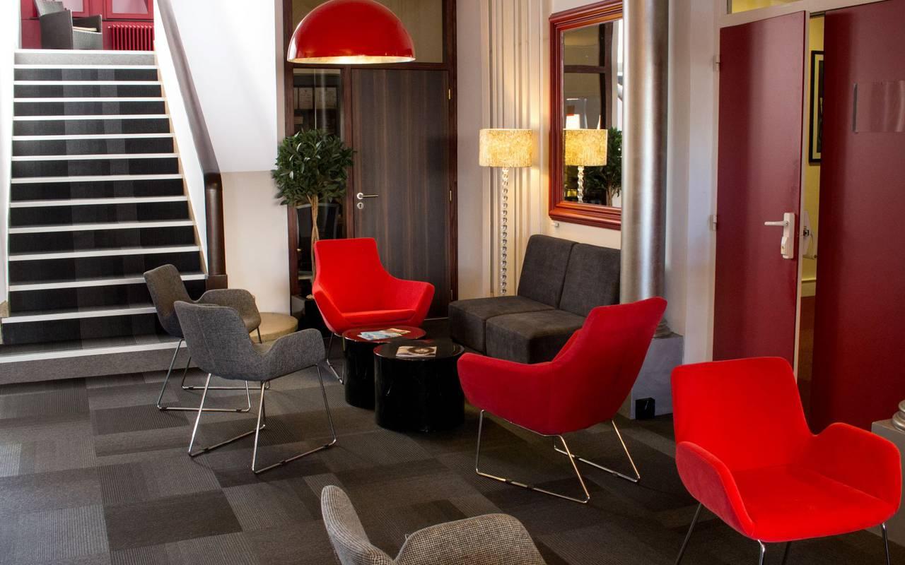 salon avec canapés, hôtel près de clermont ferrand