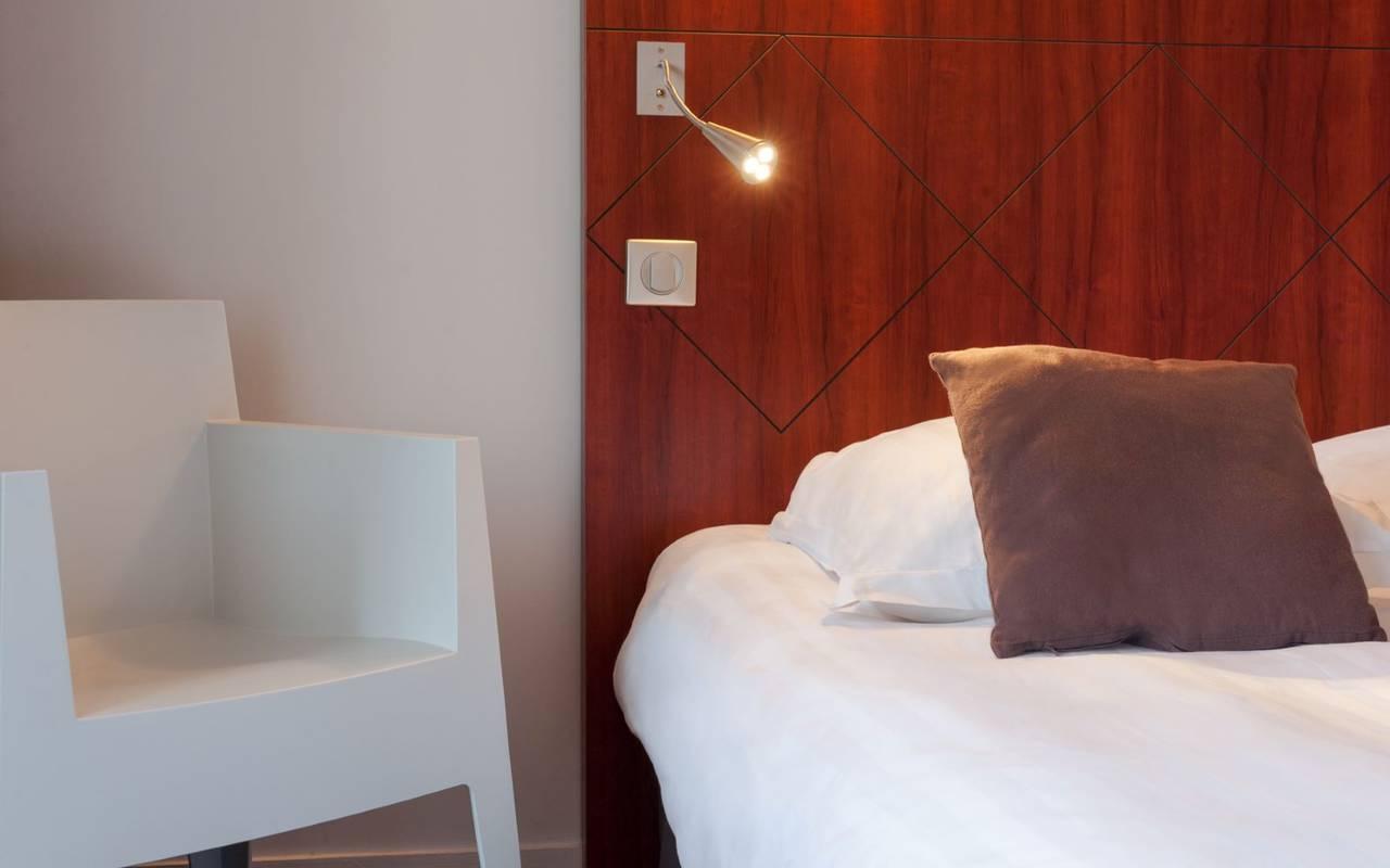 lit et lampe de lit, hôtel de charme puy de dôme